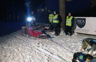 Dag Torulf snakker med mannskapet før han går igang med den siste innsatsen i Finnmarksløpet. Foto: Øyvind Hansen