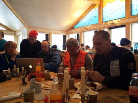 Når spannet har kjørt avsted, får mannskapet seg en velfortjent middag i Levajok. Birger og Tore spiser, mens NRK redigerer. Nestre stopp er Tana bru. Foto: Ole Chr. Guldbrandsen.