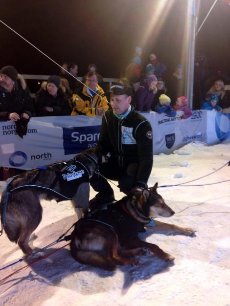 Tore tar hånd om hundene etter målgang. Foto: Øyvind Hansen