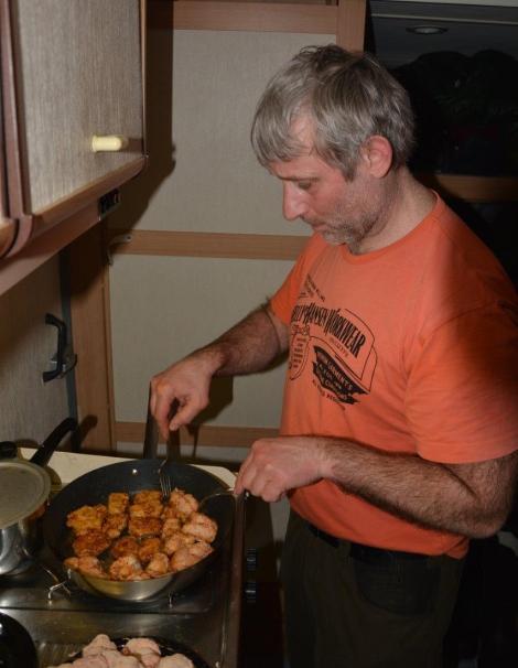 Kokken Birger sørger for torsketunger til gjengen. Det er jo midt i sesongen ;) Foto: Ole Chr. Gulbrandsen