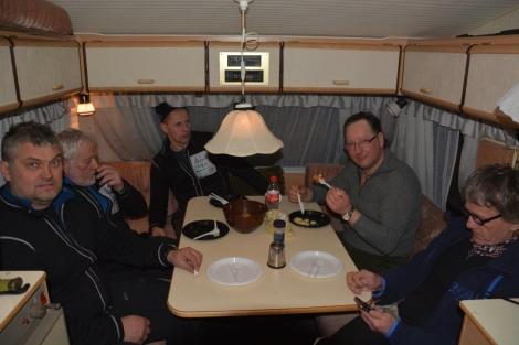 Avslappet stemning etter en bedre middag i campingvogna. Foto: Birger Altmann