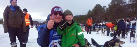 Besøk av barnebarnet Niklas før restarten i Finnmarksløpet 2014.