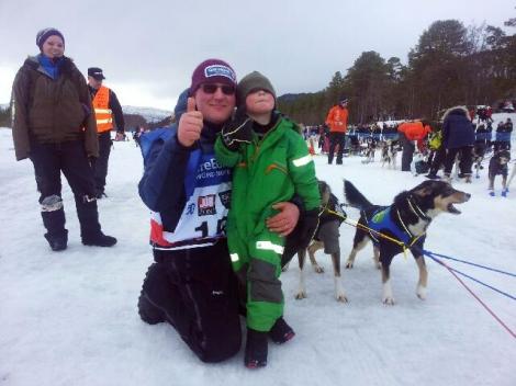 Niklas er på plass for å ønske bestefar god tur. Foto: Birger Altmann