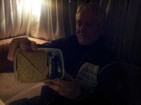 Svein med matpakke til Dag Torulf foran neste etappe. Foto: Birger Altmann