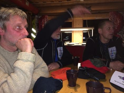 Handlerne diskuterer løpet videre på Skoganvarre. F.v. Birger Altmann, Svein Olsen og Tore Amundsen.