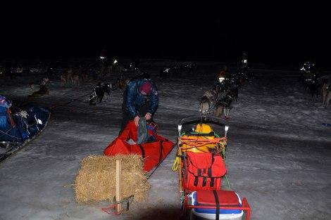 Dag Torulf pakker utstyr på sjekkpunkt Skoganvarre. Foto: Ole Chr. Guldbrandsen