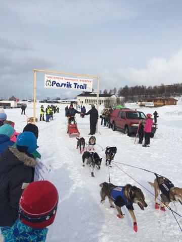 Dag Torulf og spannet forlater starten på Førstevannet med kurs for Pasvikdalen.
