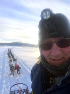 Glad hundekjører på langdrag med 20 sterke alaskahuskyer.
