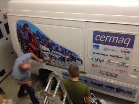 Kjell og Hans Torulf legger på  et av hovedmotivene.