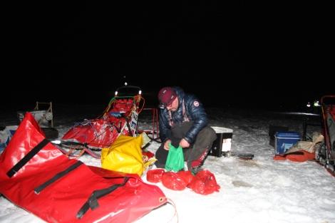 Dag Torulf pakker sammen etter å ha laget mat og varmet vann til spannet. Foto: Eirik Palm