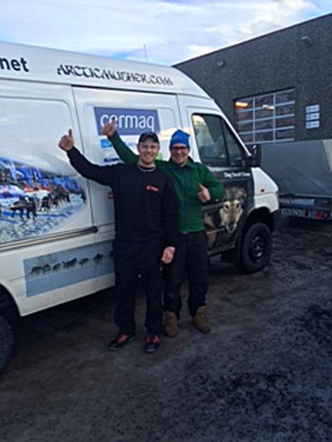 Bilen er klar. Den kommer vi til å se  flere bilder av. Fredrik Tverfjell og Hans Torulf Olsen er fornøyde.
