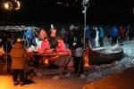 NRK gjør klar for sending fra sjekkpunkt Varangerbotn. I rødt sitter Carina Olset og Hans Petter Dalby. Foto: Eirik Palm