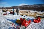Flere har valgt å ta langhvil i Tana. Fremst i bildet er sleden vår. Foto: Eirik Palm