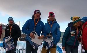 Dag Torulf flankert av Petter Karlsson og Ronny Frydenlund under premieutdelingen. Til høyre er det Nina Skramstad som får gratulasjoner. Foto: Tore Amundsen