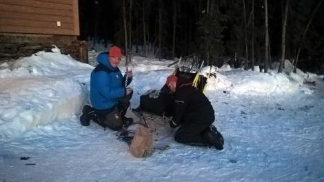 Dag Tould og Karl-Erik legger nye meiebelegg på sleden før neste treningstur. Foto: Birger Altmann