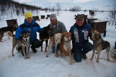 Karl-Erik, Nikolai og Dag Torulf fremme ved kennelen på Veslemoen. 28. april blir det hundekjøring for alle. Foto: Eirik Palm